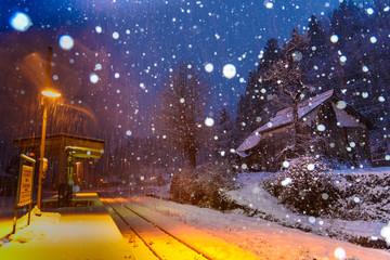 雪の舞う田舎駅
