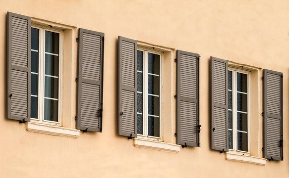 façade et fenêtres avec volets à persienne en aluminium