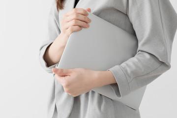 ノートパソコンを持つ女性、ビジネス