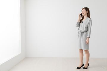 携帯電話を使う女性、通話、会話、ビジネス