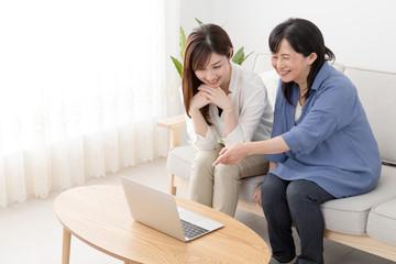 ノートパソコンを使う親子、母、娘、笑顔、仲良し