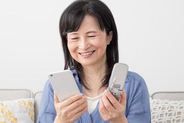 携帯電話を見る女性、スマートフォン、フィーチャーフォン、喜ぶ、うれしい