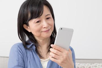 携帯電話を使う女性、喜ぶ、嬉しい