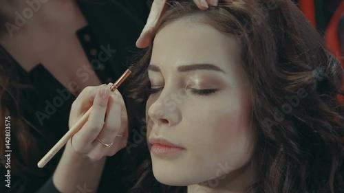 how to put eyeshadow on dark eyelids