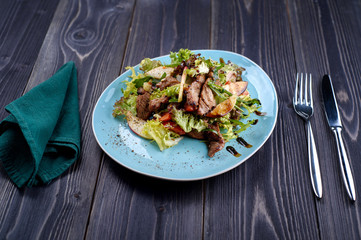 Veal medallions salad with apple, pear and cheese