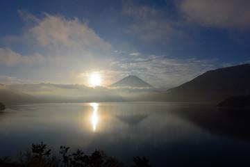 本栖湖の湖面に映る太陽と富士山