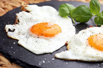 Photo sur Toile Ouf fried eggs with basil pepper and salt