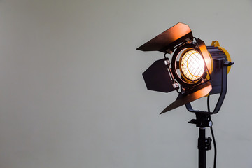 In de dag Licht, schaduw Spotlight with halogen bulb and Fresnel lens. Lighting equipment for Studio photography or videography.