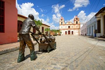 Bronze Statue mit Tinajones Karren, Plaza del Carmen, Camagüey, Kuba