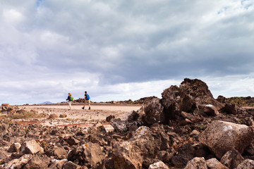 couple en randonnée dans le désert