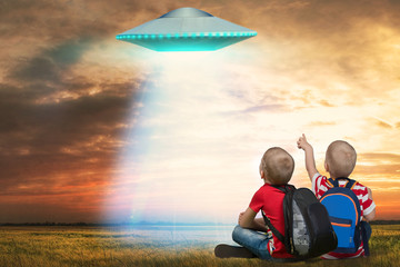 In de dag UFO Two younger brother looking at the unidentified flying object that appeared in the sky.