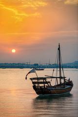 Traditionelles Dhow Boot in der Bucht von Doha, Katar