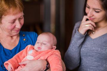 familia con bebé en sesión de fotos en Malasaña Madrid