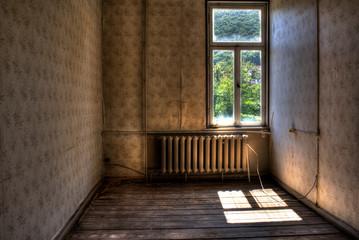 Zimmer einer Altbauwohnung vor der Renovierung