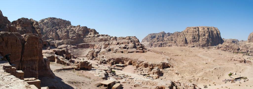 Giordania, 02/10/2013: la vallata desertica e l'anfiteatro romano, il grande teatro con colonne e gradinate scavato nella roccia nella città archeologica di Petra