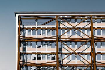 Hausfassade mit Stahlgerüst zum abstützen Bauindustrie