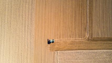 Trattore che ara i campi, vista aerea, arare, seminare, raccogliere. Agricoltura e coltivazione, campagna
