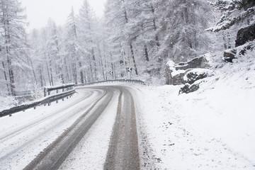 bianca foresta durante una nevicata in montagna