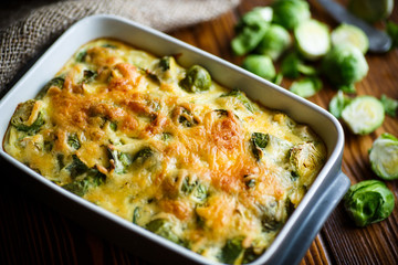 Photo sur Toile Bruxelles Brussels sprouts baked in sauce with cheese
