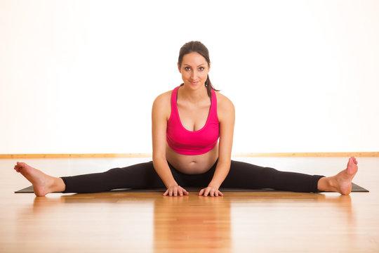 Junge schwangere Frau macht Fitness