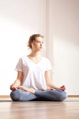 Zen i medytacja. Medytująca kobieta trenuje jogę.
