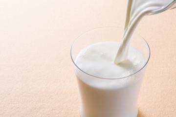 牛乳を注ぐ