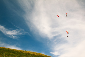 Photo sur Plexiglas Aerien Several gliders flying over the slope of the hill.