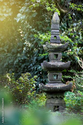 Asiatischer garten steinskulptur stock photo and for Steinskulptur garten