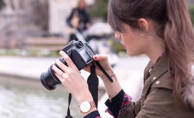 Junge Frau macht Urlaubsfotos, Städtetrip