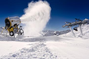 Schneekanone in den Alpen