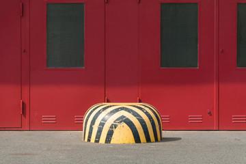 Rotes Tor einer Gewerbehalle