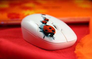 мышь компьютерная с рисунком на оранжевом фоне