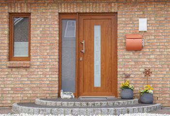 Braune Holztür eines Hauses