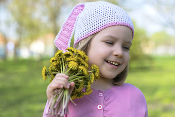The little girl with dandelions