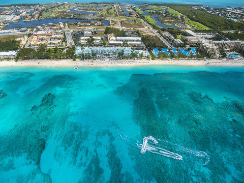 Flug über George Town und den Seven Miles Beach, Luxus Hotels und Appartements,  George Town, Grand Cayman, Cayman Islands, Karibik