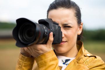 Bella ragazza che fotografa