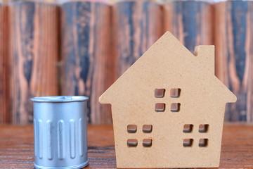 家とゴミ箱の模型