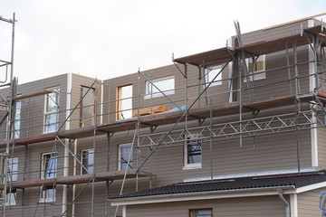 Baugerüst auf einer Baustelle eines Neubau