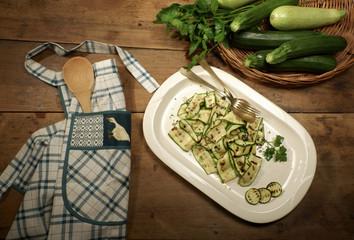 Zucchine grigliate sul tavolo