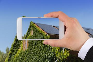 Dach vom Haus mit Solarzellen fotografieren