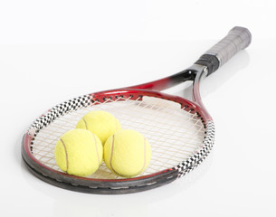 Tennisschläger liegend mit Tennisbällen