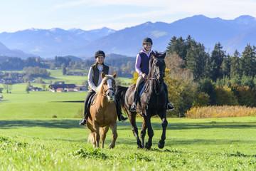 Photo sur Plexiglas Equitation gemeinsamer Ausritt im herbstlichen Allgäu