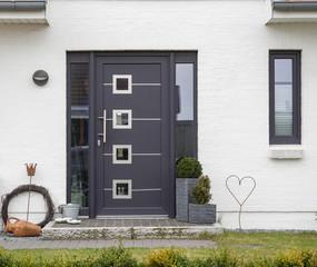 Graue Haustür eines Hauses