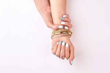 Fototapete - Well-groomed female hands with gold jewelery.