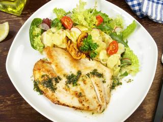Fischfilet gebraten mit Kartoffelsalat