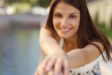 lächelnde junge frau mit braunen haaren