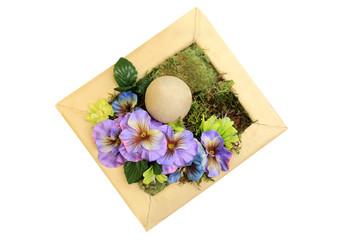Jajko Wielkanocne w kolorowym stroiku z kwiatów, dekoracja.
