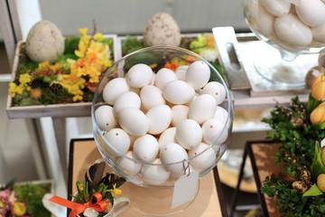 Jaja Wielkanocne w szklanym naczyniu w kwiaciarni, wydmuszki z jaj.