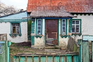 Старый частный домик во дворе за забором