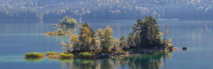 Insel im Eibsee am Fuße der Zugspitze